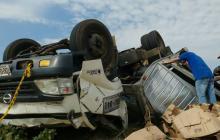 Camión cargado de licor se voltea en la Vía 40
