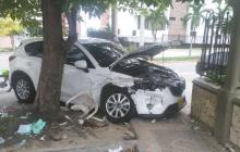 Chocan dos vehículos y uno atropella a cuidador de autos