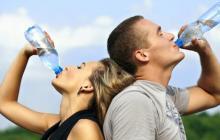 El agua es el principal componente químico de nuestro cuerpo y representa cerca del 60% del peso corporal.