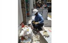 Un operario de Electricaribe manipulando el cableado.