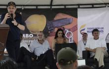 Germán Vargas en su intervención en Malambo. Atrás, el gobernador Verano; Luz M. Zapata, esposa del Vicepresidente, y el viceministro de Agua, Harold Guerrero.