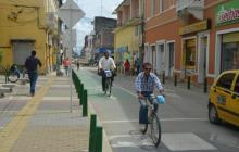Ciclistas se desplazan por el Centro Histórico de Montería en el Día sin Carro