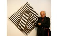 El artista Omar Rayo junto a una de sus obras.