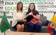 La secretaria de Educación, Karen Abudinen, entrega la resolución a la directora de Extensión, Tatyana Bolívar Vasilef.