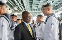 El presidente de Haití, Jocelerme Privert, a bordo del buque ARC 7 de Agosto, donde recibió honores por parte de la tripulación.