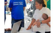 Funcionarios de la Alcaldía de Barranquilla atienden a una mujer, en una jornada de vinculación al Sisbén.