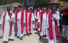 Sacerdotes caminan por una de las calles de Chalán.