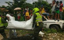 Momentos en el que las autoridades realizan el levantamiento de los cuerpos sin vida.