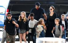 Angelina Jolie junto a sus hijos.