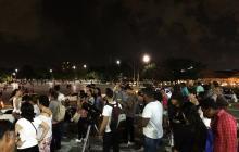 Barranquilleros en la Plaza de la Paz esperando para ver la superluna.