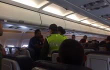 La Policía en pleno avión cuando trataba de calmar los ánimos entre los aficionados que se enfrentaron.