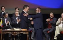 Juan Manuel Santos y 'Timchenko' en la firma del nuevo acuerdo final