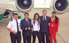 La azafata junto a sus amigos y compañeros tripulantes de la aeronave.