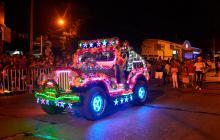 Un jeep forrado con adornos de Navidad.