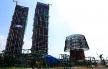 Imagen que muestra la estructura de metal sobre la que se construirá un arbol de Navidad, en el Galle Face Green en Colombo, Sri Lanka.