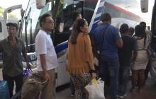 Varias personas hacen la fila para abordar un bus con rumbo a Valledupar.
