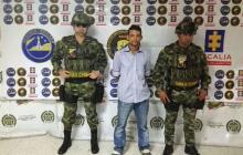 Carlos Andrés Domínguez, en medio de dos uniformados del Gaula.