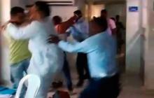 Aspecto de la pelea entre el personal médico, vigilantes y un usuario en la Clínica La Milagrosa en Santa Marta.