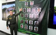El general Botero presenta el cartel de los 19 más buscados.