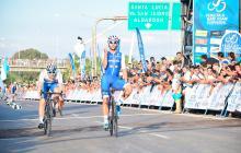 Fernando Gaviria durante su llegada a la meta.