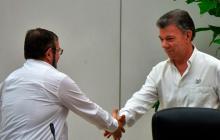 El presidente Santos estrecha la mano de Timoleón Jiménez, alias Timochenko' tras los acuerdos de paz firmados con esa guerrilla.