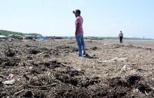 Un hombre observa el estado de la playa de Puerto Mocho.