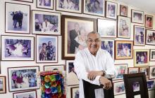 Por toda su casa, la esposa de Alci Acosta, la señora Ruth, tiene fotos enmarcadas que narran su vida familiar.