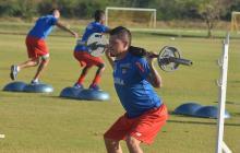 El volante Leonardo Pico en una práctica con Junior.