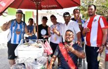 Barristas de Junior y Atlético Tucumán comparten amistad  y arroz de lisa