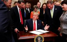 Trump firma ley que vuelve a permitir a enfermos mentales comprar armas