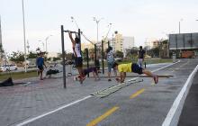 Jóvenes hacen crossfit en el parque recién inaugurado.