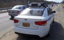 El vehículo KIA Cerato blanco ubicado este miércoles a un costado de la Vía al Mar.
