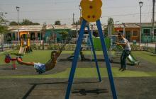 Un grupo de niños juega en uno de los parques inaugurado por el alcalde Char.