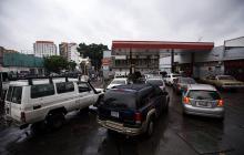Conductores hacen fila para reabastecerse con combustible en una de las estaciones de servicio en Venezuela.