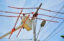 Operarios de Electricaribe en mantenimiento.