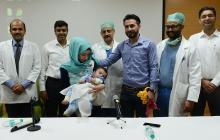 Los médicos del hospital de Jaypee de Noida acompañan al pequeño Karam y a sus padres durante la conferencia de prensa ofrecida para explicar la cirugía del menor.