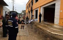 Bomberos y autoridades evalúan los daños de la Alcaldía de San Jacinto.
