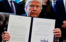 El presidente Donald Trump muestra los proyectos de los oleoductos Keystone XL y Dakota Access, firmados.