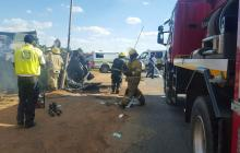 El  personal de emergencia en el lugar donde se produjo un accidente de tráfico, en Pretoria (Sudáfrica).
