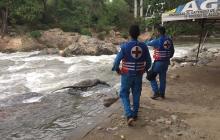 Personal de la Cruz Roja inspecciona el río Guatapurí.