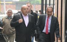 Luis Alonso, la cabeza de la familia Colmenares Escobar, a la salida de los juzgados de Paloquemao en Bogotá.