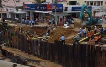 Socavación en la calle 76 con carrera 51B, donde varios postes fueron afectados.