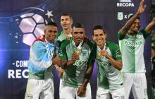 Jugadores del Atlético Nacional muestran las medallas de campeón de la Recopa.