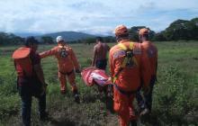 Miembros de Defensa Civil rescatan el cuerpo del joven desaparecido en La Guajira.