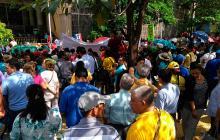 Al menos 500 maestros se concentraron en la puerta de la Alcaldía