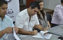 El alcalde Alejandro Char durante la firma del convenio.