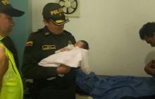 El comandante del Departamento de Policía Córdoba, coronel Engelbert Grijalba, entregó la niña s sus padres en el hospital de Montería.