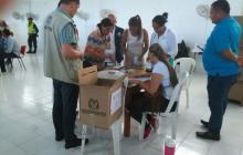 Una mujer vota durante la jornada de revocatoria.