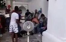 Momentos en los que es golpeado el hombre acusado de robo.