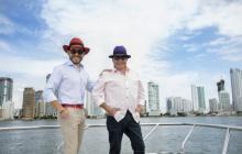 Abelardo y su padre posan en la bahía de Cartagena, donde suelen compartir días de descanso.